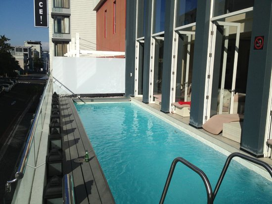 Protea Hotel Fire & Ice! by Marriott Cape Town: pool area on balcony, most seating is inside
