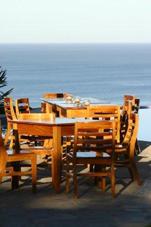 Vista de Olas Restaurant: Tables next to the pool for dinner.