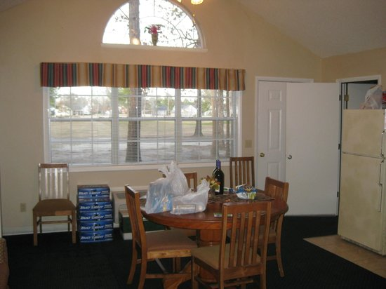 Villas At Wyboo: Dining/ common area