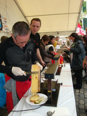 Guided City Tour of Lucerne: Raclette vendor in Lucerne
