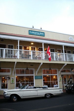 Lahaina Inn: 2nd floor has balcony seatings