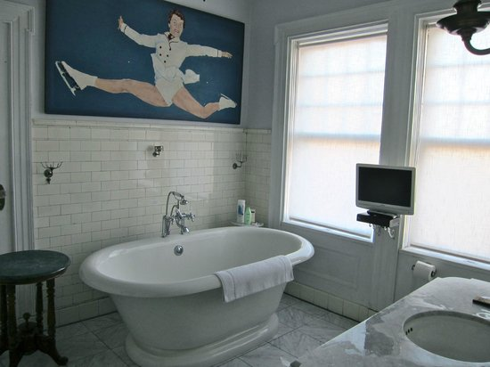 The Inn at Hudson: Green Room bath