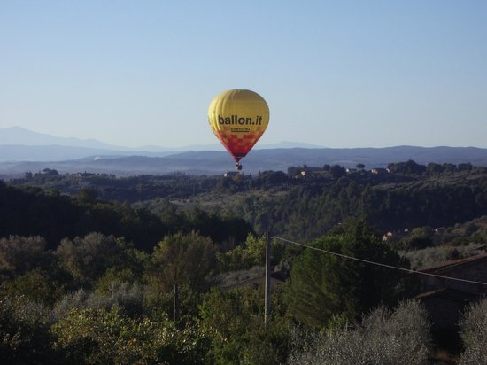 Agriturismo Marciano: Hot air balloon out our window