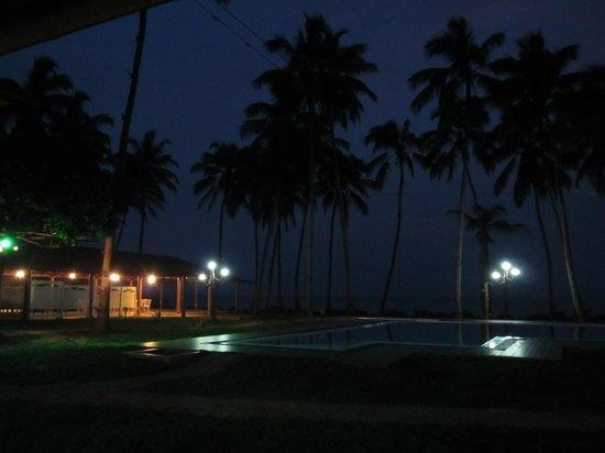سانمالي بيتش هوتل: Outside area at night 