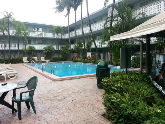 Ramada Fort Lauderdale Oakland Park: The pool area as seen from the tiki bar