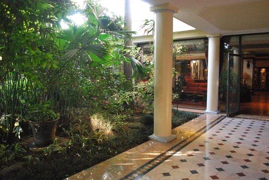 Nairobi Serena Hotel: inside/outide