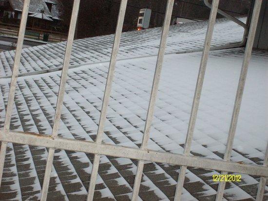Meadowlark Motel: room with snow