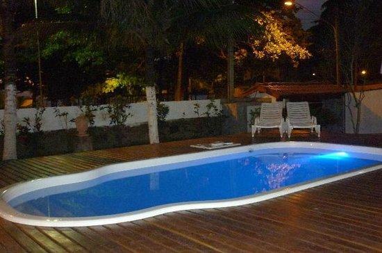 Pousada Praia do Guaiuba: Swimming pool in the evening