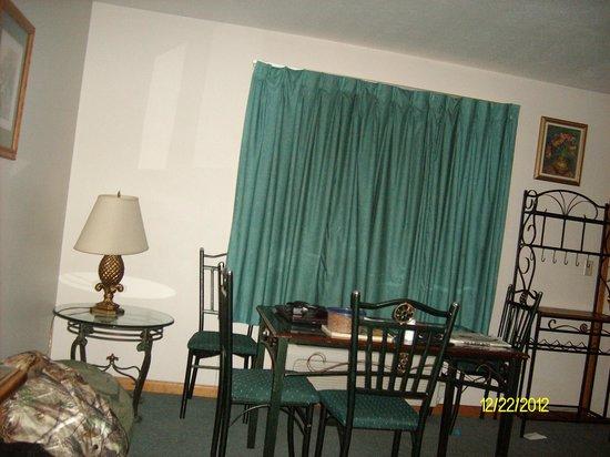 Meadowlark Motel: kitchen table