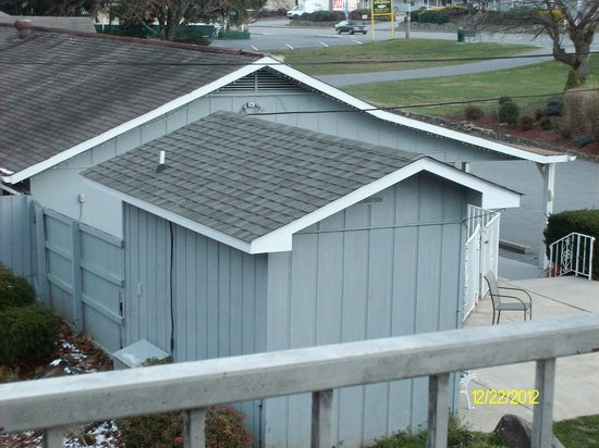 Meadowlark Motel: laundry room and snack room