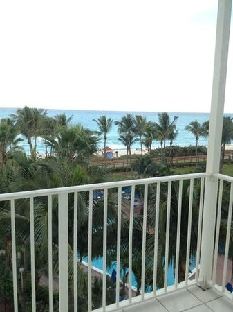 Four Points by Sheraton Miami Beach : view from room's balcony. nice!