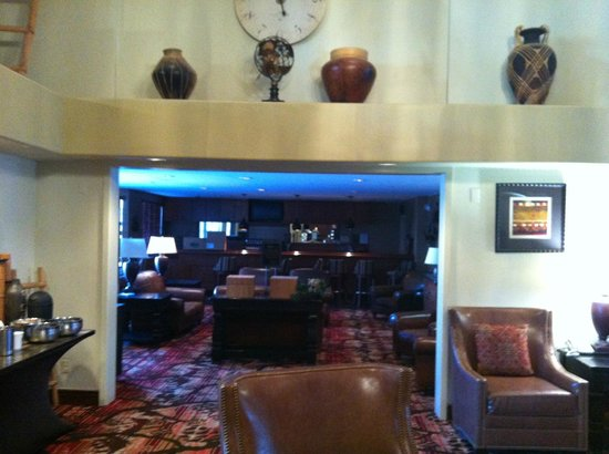 Embassy Suites by Hilton Flagstaff: Bar visto desde el Lobby