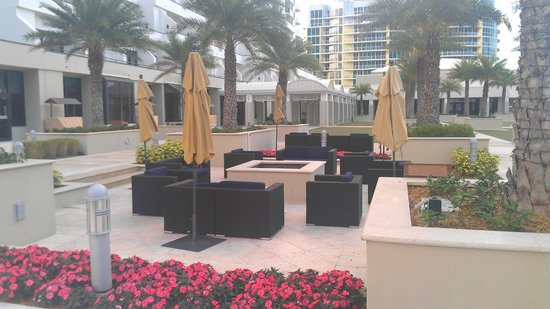 Fort Lauderdale Marriott Harbor Beach Resort & Spa: One of the many places to sit , relax, and take in the views