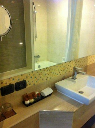 أمورا نيولوكس هوتل: 洗面台 