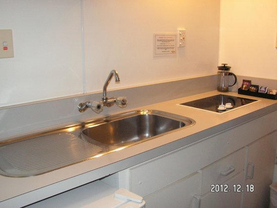 RotoVegas Motel of Rotorua: Kitchenette in our unit