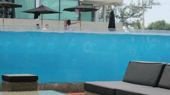 B-Lay Tong Phuket: 像金魚缸一樣的游泳池