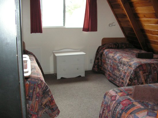 Mountain Chalet Motels: Upper level of our unit - 2 of the 3 beds