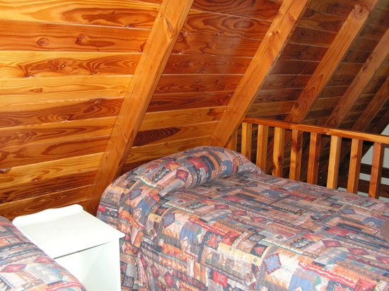Mountain Chalet Motels: Beware of the slanted ceiling on the upper level!
