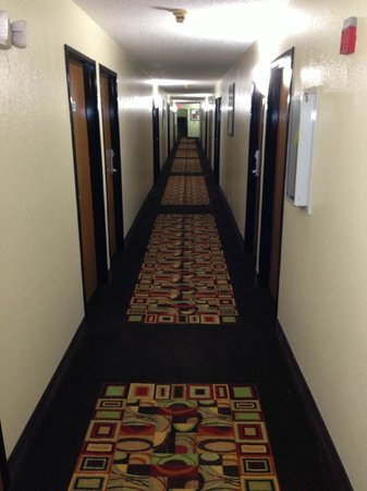Econo Lodge Cartersville: hallway to my room