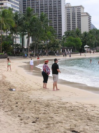 Aston Waikiki Beach Hotel: Walking on the beach near hotel