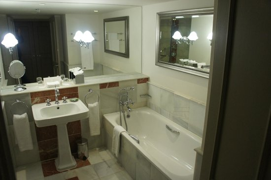 The Westin Dublin: Nice tub and shower