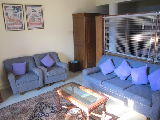 Hotel Meghniwas: The sofa in the living room