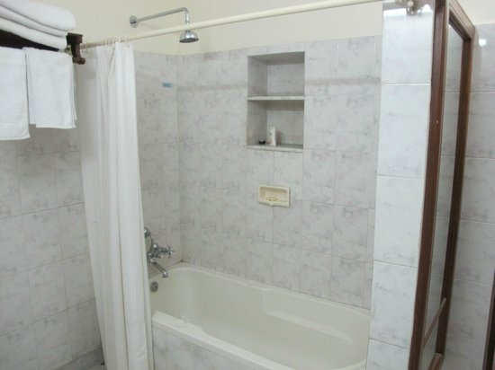 هوتل ميغ نيواس: The tub