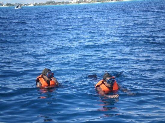 Marina Paraiso: the gals snorklin!