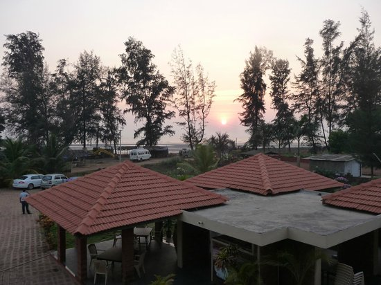 Sagar Sawali Beach Resort, Karde: Sunset from balcony and below is the dining area