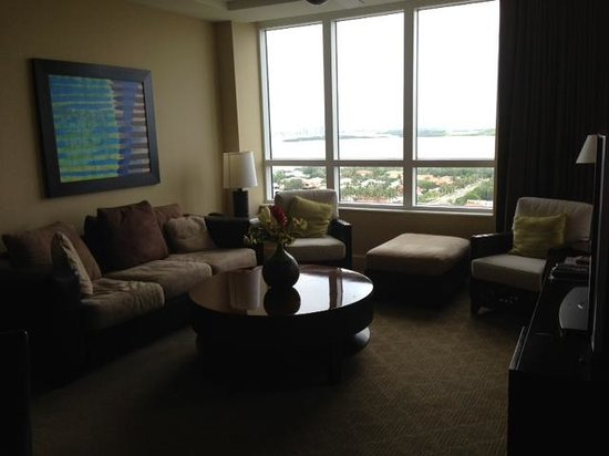 Palm Beach Marriott Singer Island Beach Resort & Spa: living room with gorgeous view of intracoastal