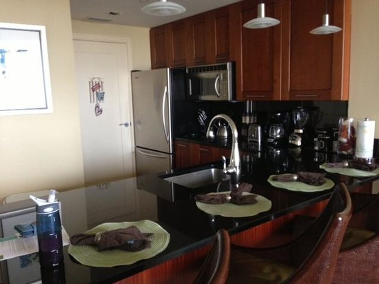 Palm Beach Marriott Singer Island Beach Resort & Spa: excellent kitchen (no oven), but fully stocked!