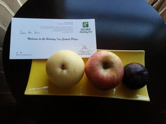 Holiday Inn Central Plaza: Welcome fruit platter and welcome letter by the General Manager of the hotel