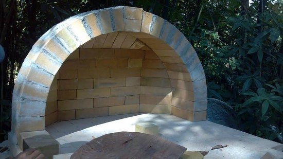 Lilikoi Inn: Pizza oven construction