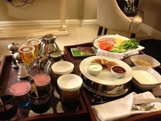 ‪هوتل هافن: Breakfast specially ordered to honeymoon couple!