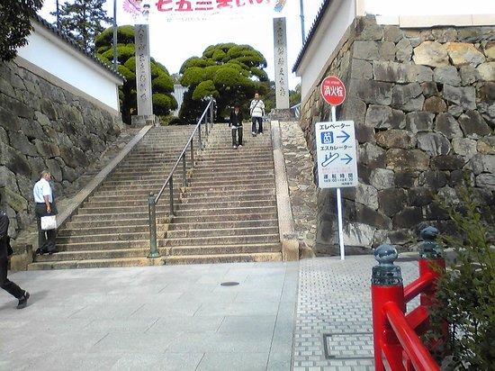 Nakayamadera: 正面階段の横にエレベータとエスカレータがある