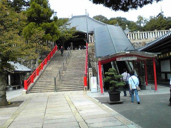 Nakayama-dera: 本堂前の階段とエスカレータ