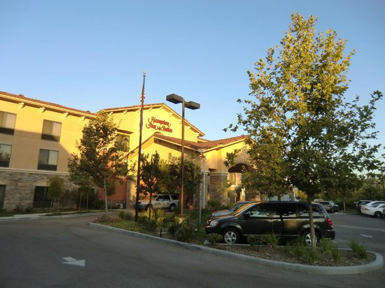 Hampton Inn & Suites Thousand Oaks: Aussenansicht in der Abendämmerung.
