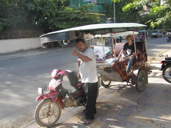 Blue Dog Guesthouse: The tuk-tuk driver always happy to drive you around.
