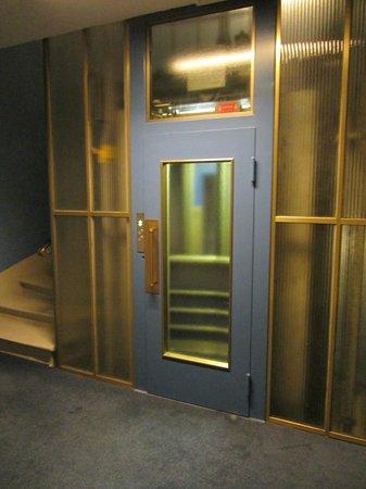 Hotel Bernina Geneve: Retro Elevator