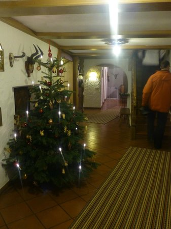 Pension Grossfuchsenhof: Entrance hall in December