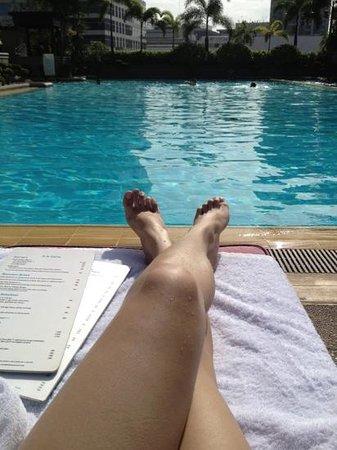 โรงแรมแชงกรี ลา มาคาติ: pool area