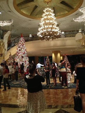 ماكاتي شانجريلا هوتل مانيلا: lobby (crowded than usual) 