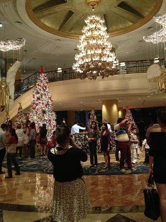 Makati Shangri-La Manila: lobby (crowded than usual)