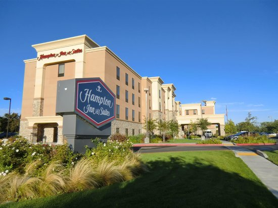 Hampton Inn & Suites West Sacramento: Aussenansicht in der Morgensonne.