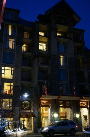 Pan Pacific Whistler Village Centre : View of hotel at night