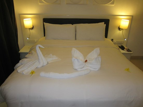Azzure By Spree Hotels: Bedroom with very cute towels folded into animals!