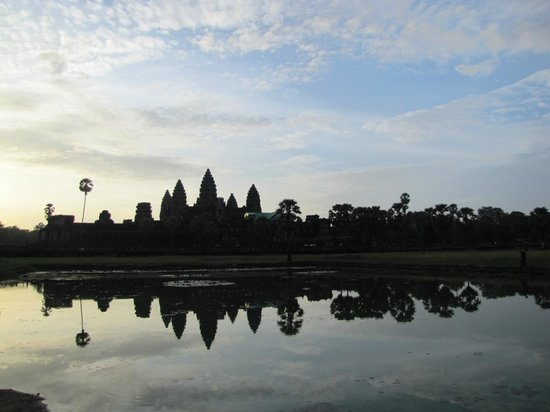 Derleng Tours: Great reflection of Angkor in the morning.