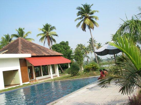 Manor Backwater Resort: Swimming Pool and Restaurant