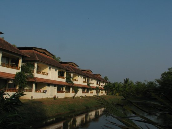 Manor Backwater Resort: Front View of the Resort