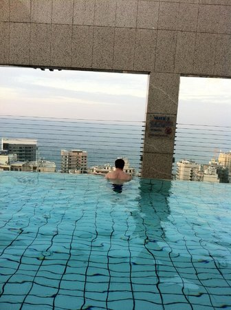 Gefinor Rotana Hotel: Infinity rooftop pool with view of the Mediterranean.